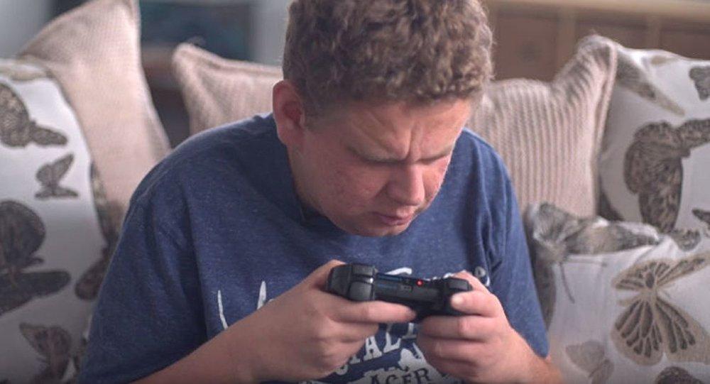 كفيف يلعب ألعاب الفيديو
