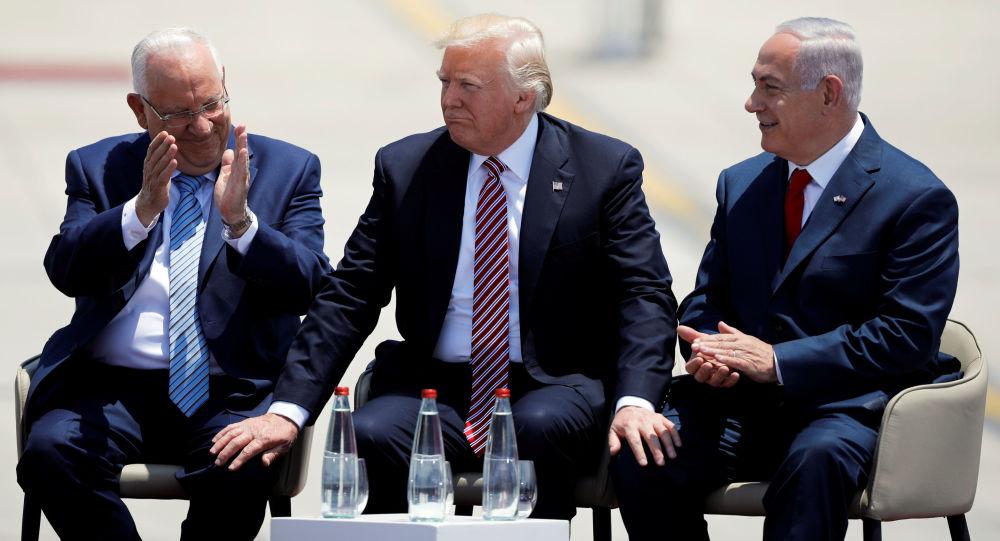 الرئيس الأمريكي دونالد ترامب ورئيس الوزراء الإسرائيلي بنيامين نتنياهو والرئيس الإسرائيلي رؤوفين ريفلين في تل أبيب، 23 مايو/ آيار 2017