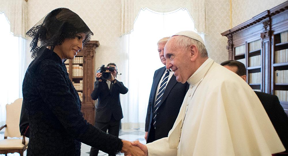 ميلانيا ترامب خلال زيارتها إلى بابا الفاتيكان