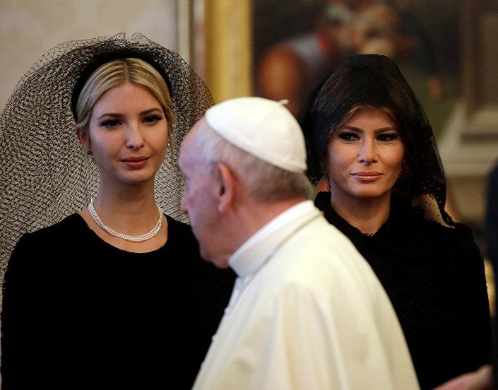 ميلانيا وإيفانكا ترامب برفقة بابا الفاتيكان