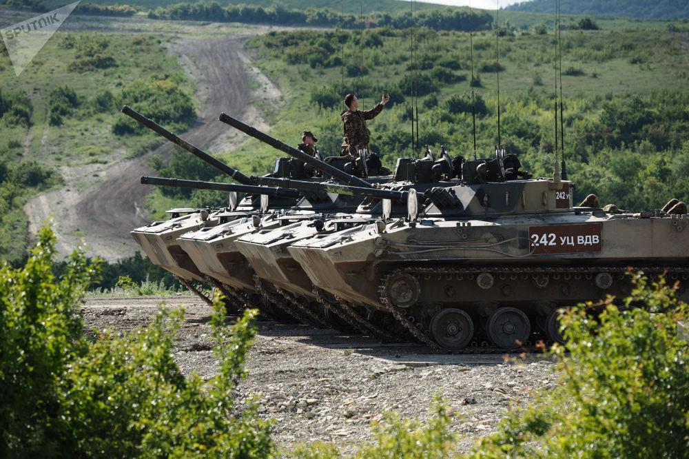 مدرعة بي ام دي-4 (سيارة قوات الإنزال القتالية) خلال مسابقة فريق الإنزال-2017 في الحقل العسكري راييفسكي في نوفوروسييسك، روسيا
