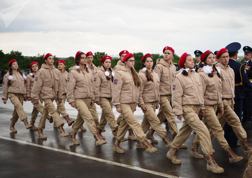 فريق قوات الجنود اليافعين خلال مسابقة فريق الإنزال-2017 في الحقل العسكري راييفسكي في نوفوروسييسك، روسيا