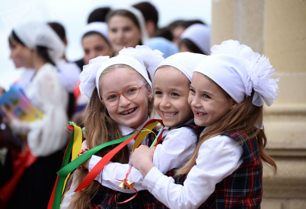 طلاب المدارس الثانوية في روسيا يودعون مدارسهم، غروزني
