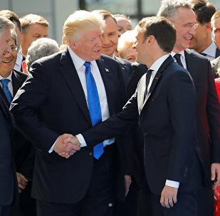 ترامب يمازح ماكرون في قمة الناتو