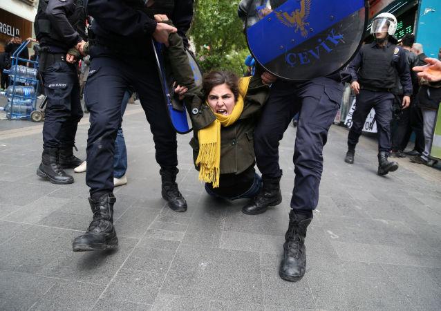 عناصر الشرطة التركية يحملون أحد المتظاهرين في أنقرة، تركيا 22 مايو/ آيار 2017