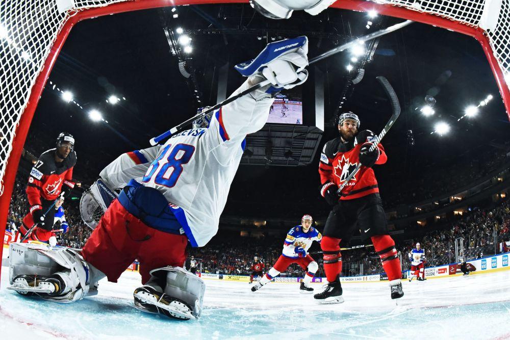 مباراة النصف النهائي للهوكي بين كندا وروسيا
