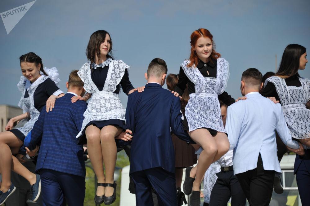 طلاب المدارس الثانوية في روسيا يودعون مدارسهم، تشيتا