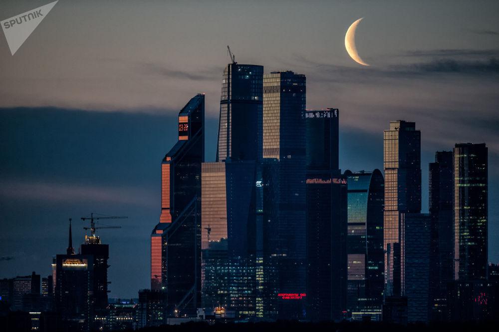 طلوع الفجرعلى خلفية المجمع الاقتصادي موسكو سيتي في العاصمة موسكو