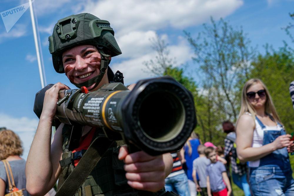 أحد الزوار يجرب الأسلحة العسكرية خلال معرض أودار كوروليا 2017 في بانيفيزيس، ليتوانيا
