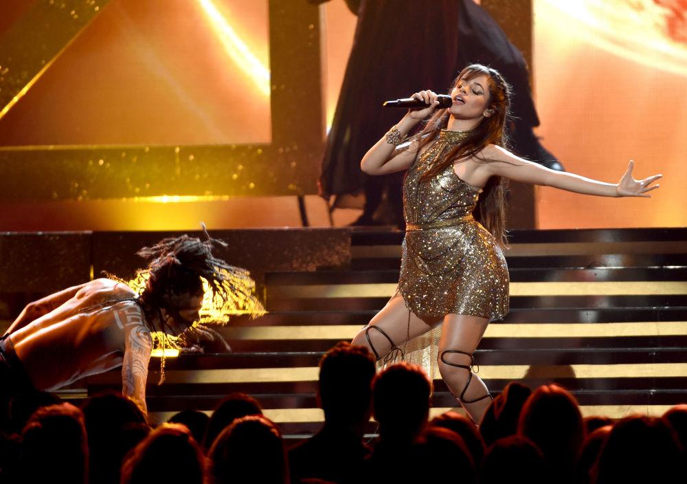 المغنية كاميلا كابيللو خلال أدائها في الحفل الموسيقي لتوزيع جوائز بيلبورد ميوزيك (Billboard Music Awards) في لاس فيغاس، الولايات المتحدة