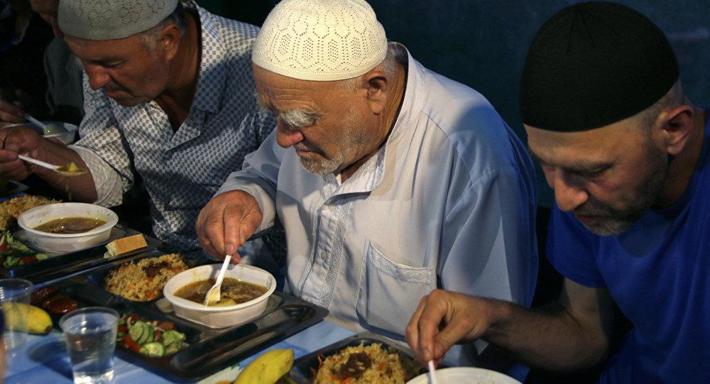 المسلمون في سيمفيروبيل خلال الإفطار