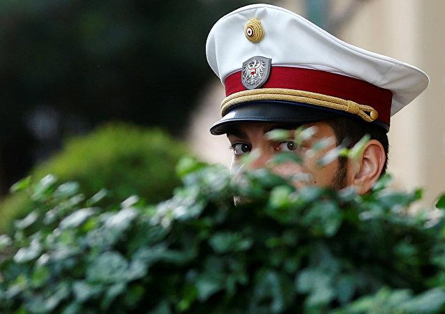 جندي سويسري يحرس اجتماع أوبك في فيينا