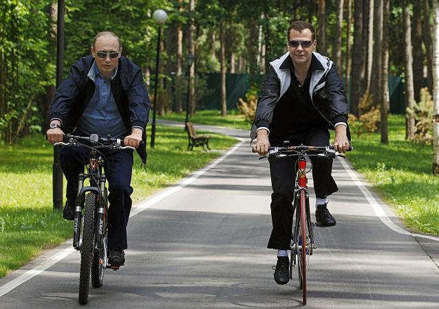 رئيس روسيا (حينذاك) دميتري مدفيديف ورئيس الوزراء (حينئذ) فلاديمير بوتين خلال لقاء غير رسمي في ضاحية موسكو