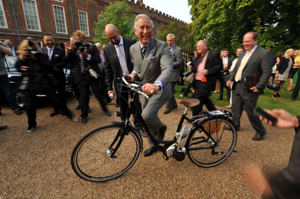 الأمير شارلز يركب دراجة كهربائية خلال بدء عرض حديقة ومطعم في كلارينس هاوس في وسط العاصمة لندن، إنجلترا 27 يوليو/ تموز 2011