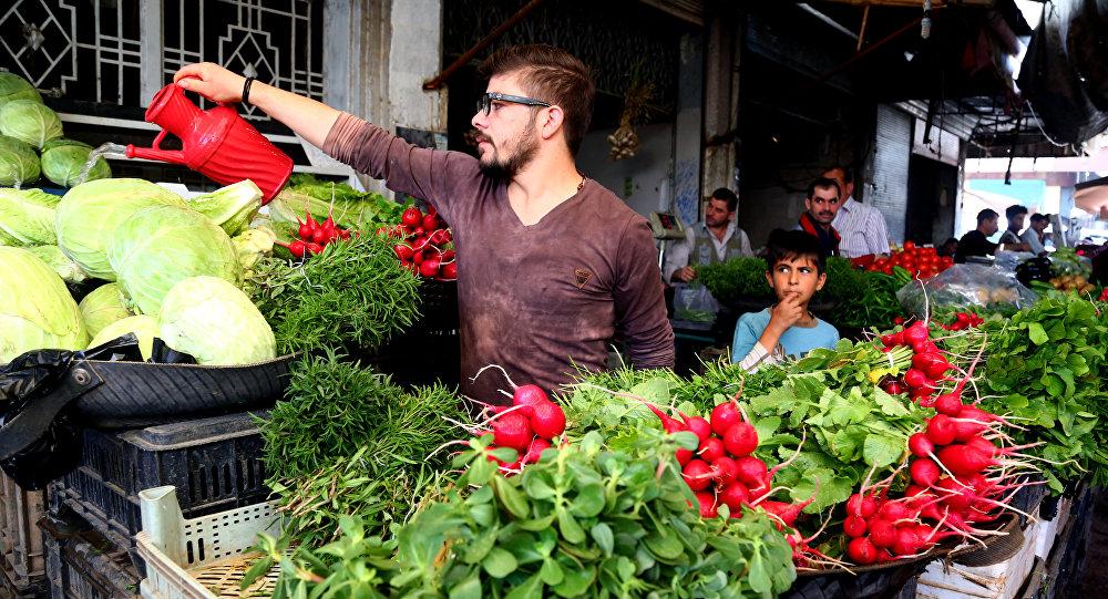 رجل يحضر الخضار استعداد للبيع في رمضان في مدينة القامشلي، سوريا