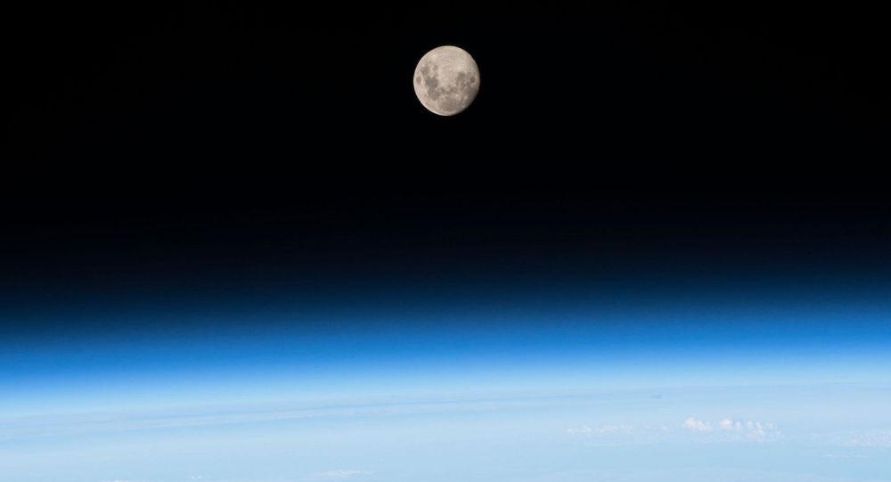 صورة لجار كوكب الأرض - القمر من على متن مركبة الفضاء الدولية