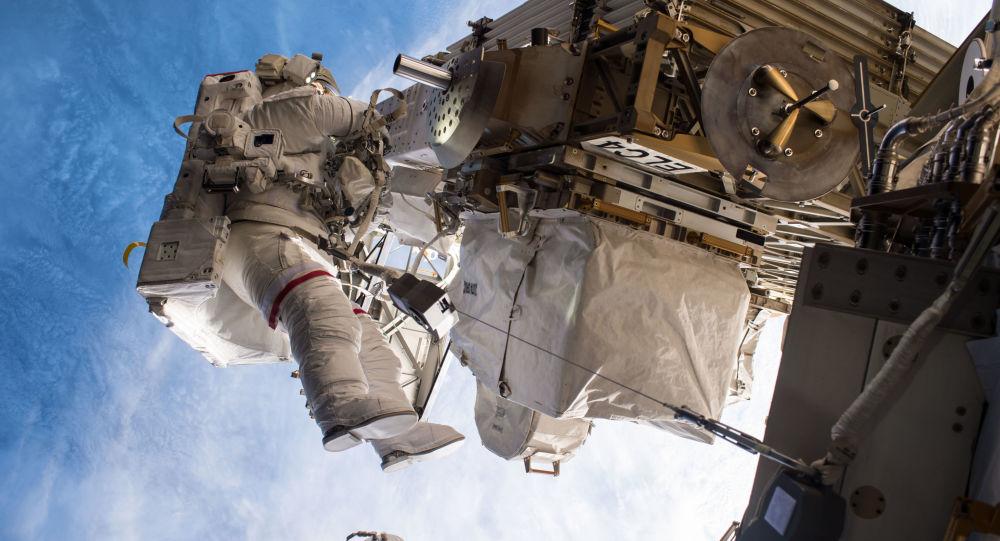 نزهة في الفضاء الخارجي من قبل رائد فضاء الأمريكي بيغي ويتسون خلال مهمة لوكالة الفضاء الدولية