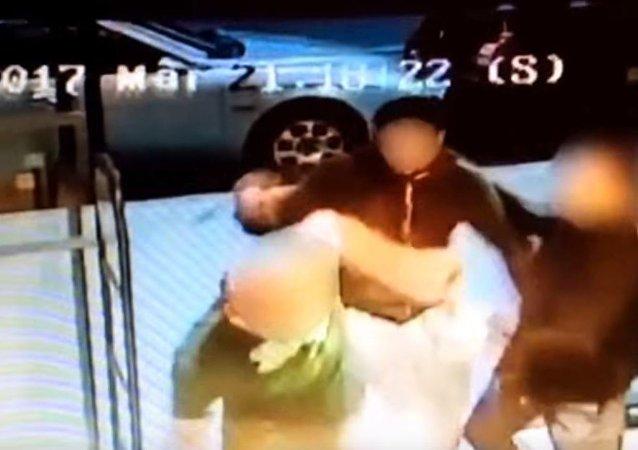 أعتداء على رجل يحمل بيده عبوات الجعة