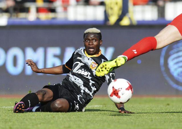 لاعب فريق ناديأرسينال موسى دومبيا خلال لعبة