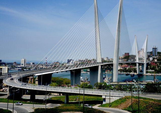 جسر عبر خليج القرن الذهبي في فلاديفوستوك