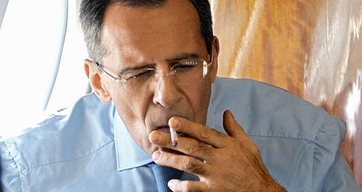 وزير الخارجية الروسي سيرغي لافروف يدخن