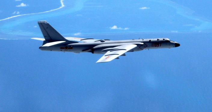 قاذفة قنابل صينية فوق بحر الصين الجنوبي