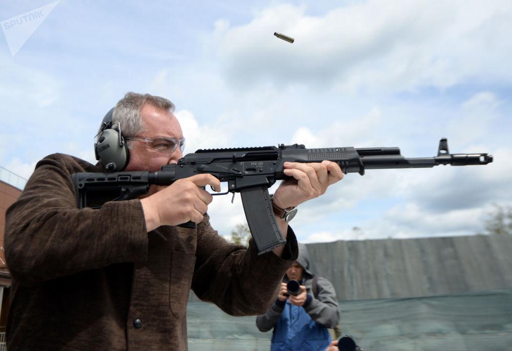 دميتري روغوزين، نائب رئيس الحكومة الروسية للتصنيع العسكري، يطلق النار من بندقية قربينة سايغا (KSZ 223) ضمن مراسم افتتاح بطولة إطلاق النار من بندقية قربينة في حديقة ياتريوت، روسيا