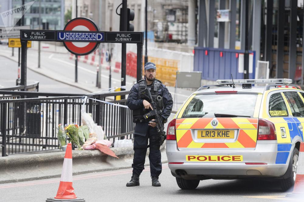 الشرطة البريطانية تقف على الجزء الشمالي من جسر لندن بعد عملية إرهابية هناك، 4 يونيو/ حزيران 2017