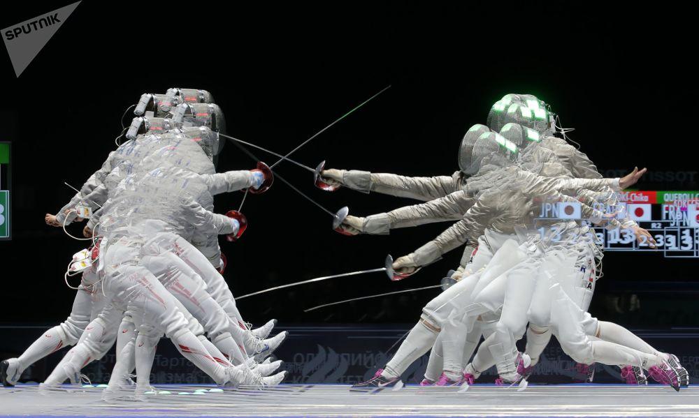 اليابانية أوكي تيكا والفرنسية كارولين كييرولي خلال مباراة المبارزة في بطولة المبارزة الدولية للنساء موسكوفسكايا سابليا-2017 في موسكو