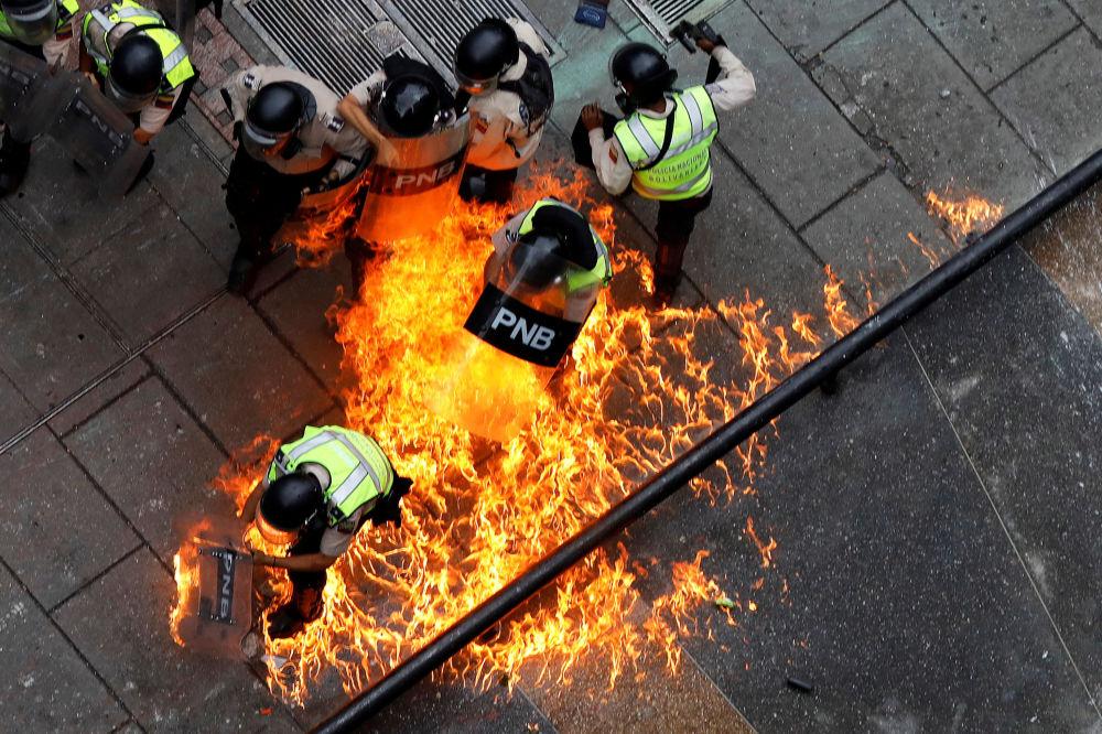 قذف عبوة نارية على عناصر شرطة الشغب وسط احتجاجات ضد حكومة الرئيس في العاصمة كاراكاس، فنزويلا 7 يونيو/ حزيران 2017