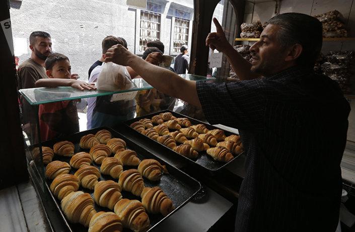 بائع الفطائر في البلدة القديمة بدمشق، سوريا