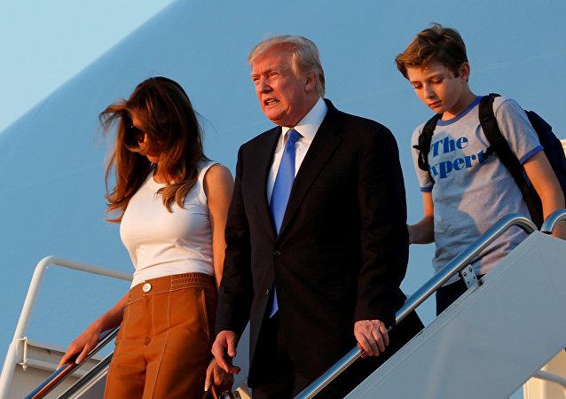 الرئيس الأمريكي دونالد ترامب وزوجته ميلانيا وابنهما بارون