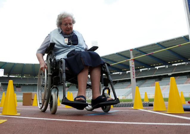سيدة مسنة مشاركة في أولمبياد كبار السن في بروكسيل، بلجيكا