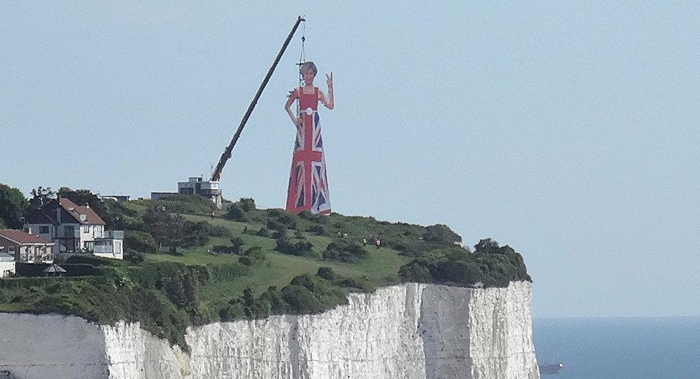 تمثال لتريزا ماي ترتدي على الاتحاد عند القنال الإنجليزي