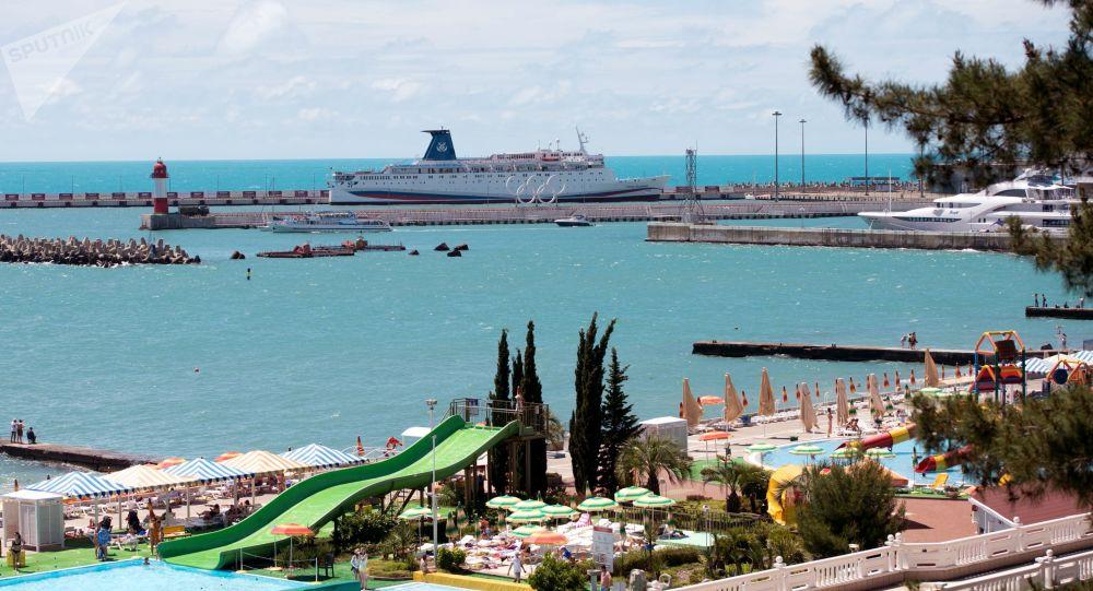 سفينة ركاب كنياز فلاديمير (الأمير فلاديمير) في ميناء سوتشي، روسيا