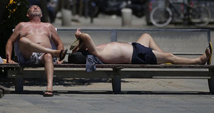 سكان برشلونة في أحد الأيام الحارة على شاطئ بارشلونيتا، حيث تم تحذير 50 محافظة حول ارتفاع الحرارة غير المعتاد في إسبانيا 13 يونيو/ حزيران 2017