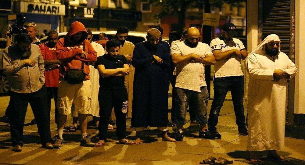المسلمون يصلون أثناء  هجوم لندن