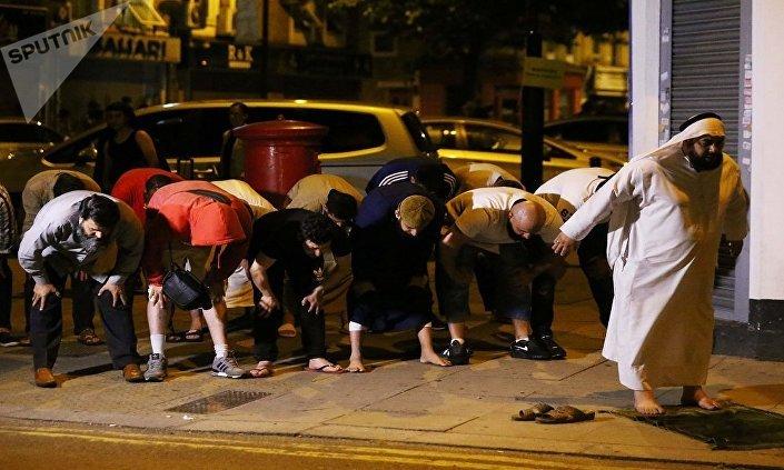 المسلمون يواصلون الصلاه أثناء هجوم لندن