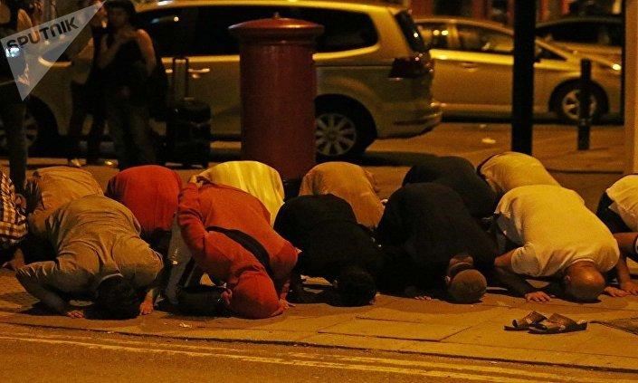 المسلمون أثناء السجود في الصلاة لحظة هجوم لندن
