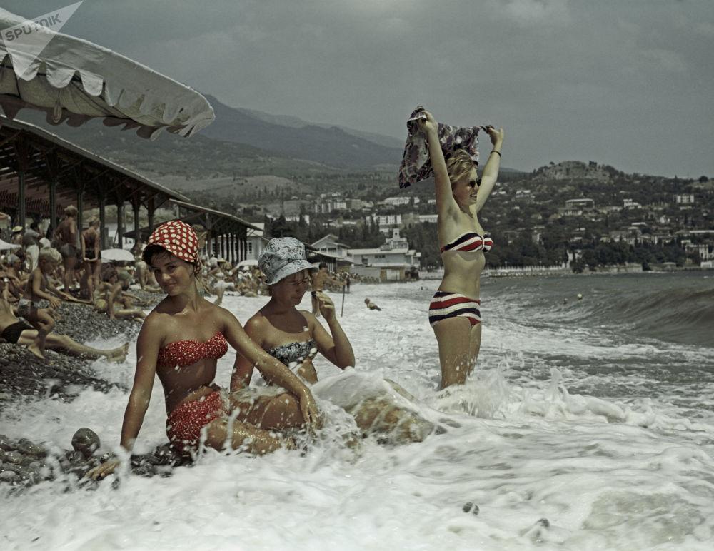 على ساحل البحر الأسود في شبه جزيرة القرم، الاستراحة على شواطئ غورزوف