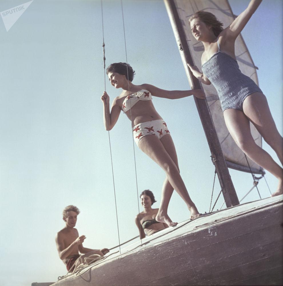 فتيات في ثياب السباحة في وقت التجول على القارب