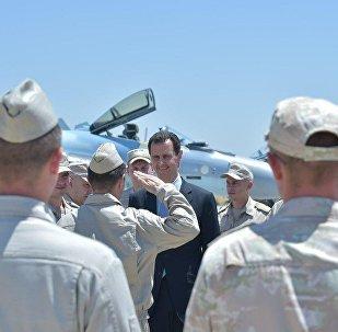 الرئيس الأسد خلال زيارته إلى قاعدة حميميم العسكرية