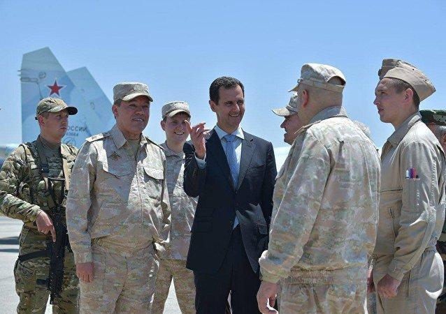 الرئيس السوري بشار الأسد يزور القوات الجوية الروسية المتمركزة في قاعدة حميميم