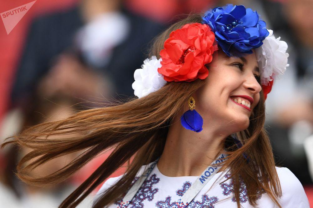 مشجعة روسية قبل بداية إحدى مبارايات منتخب بلادها