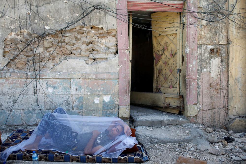 جندي عراقي يأخد قسطا من الراحة في شوارع الموصل القديمة