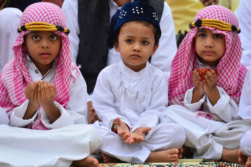 مسلمون هنود صغار يشاركون في الصلاة