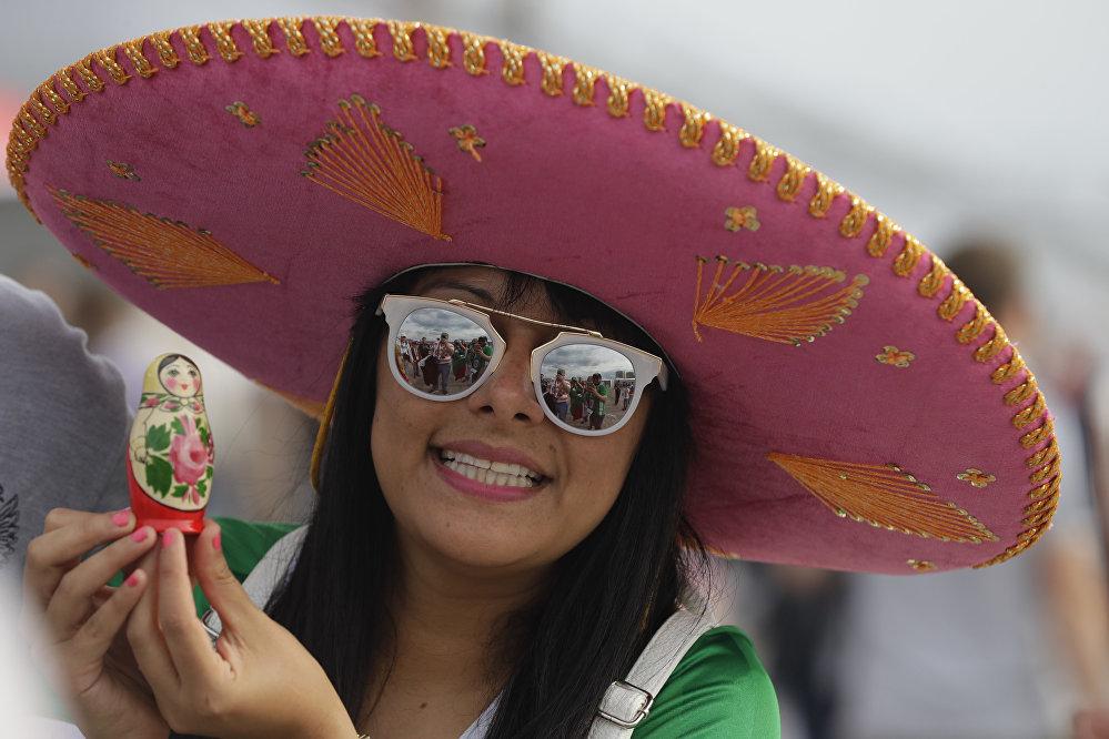 كأس القارات 2017 - مشجعة مكسيكية تحمل ماتريوشكا الروسية قبل بدء مباراة المكسيك وروسيا
