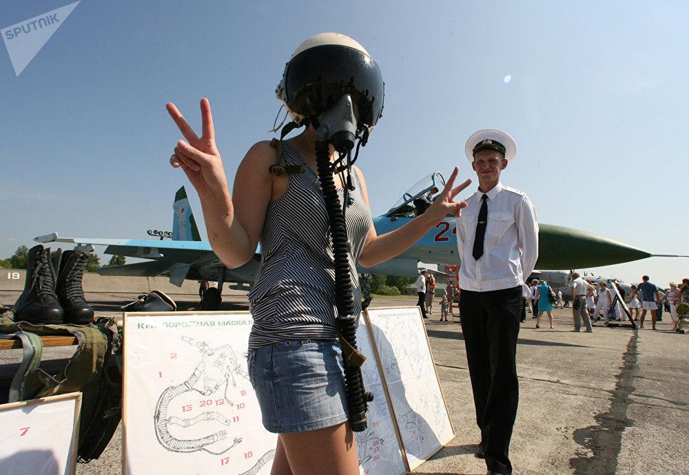 سو-24 تحتفل بالذكرى الـ 90 لتأسيس الطيران الجوي ضمن القوات البحرية في مطار تشكالوفسك في منطقة كالينينغراد، روسيا