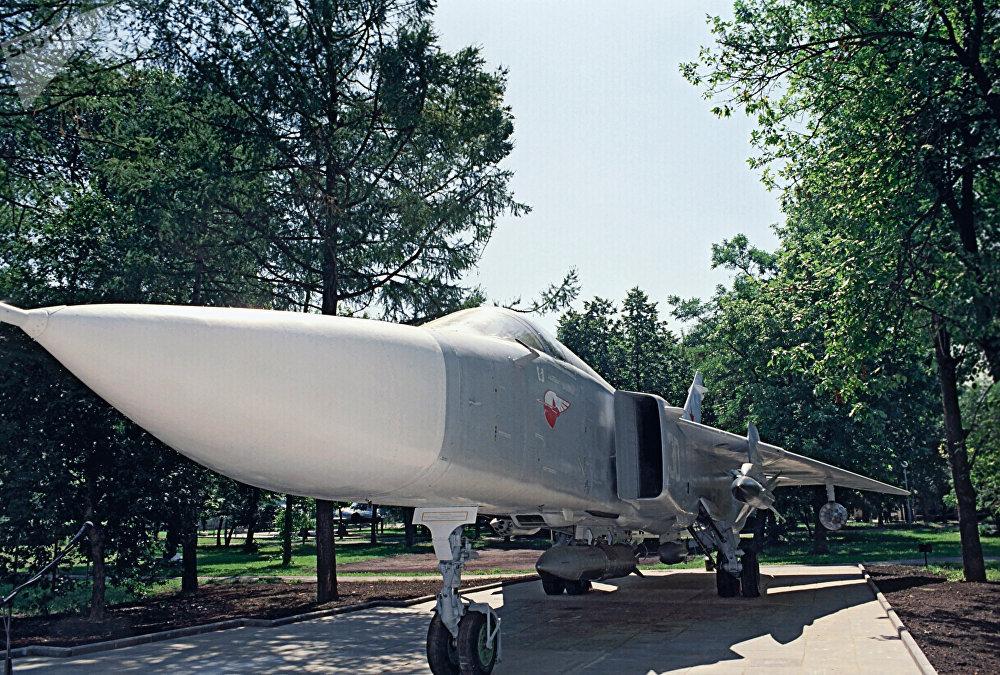 طائرة سوخوي - 24 - تمثال تذكاري في حديقة تابعة لأاراضي مكتب تصميم سوخوي في موسكو