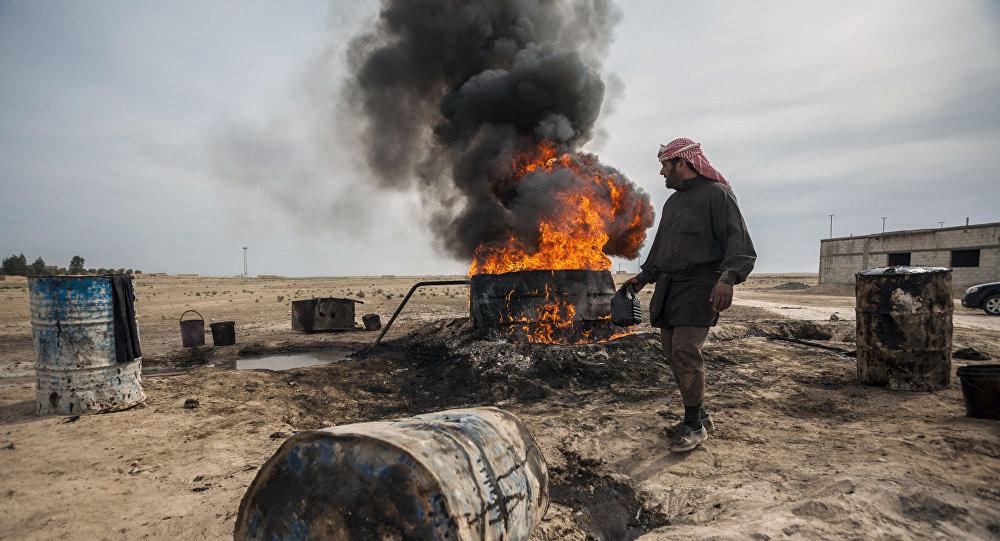 رجل في الرقة ينقل النفط الخام